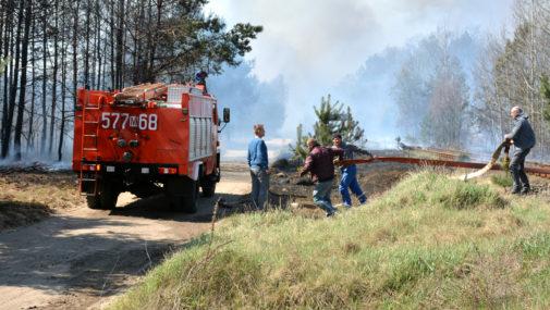Strażacy walczą z pożarami