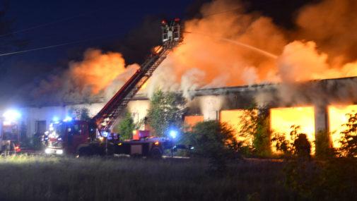 """Płonie budynek dawnej """"Wkry"""". Uwaga na trujący dym!"""