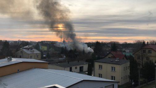 Nowy Dwór Maz.: Płonie budynek w centrum miasta