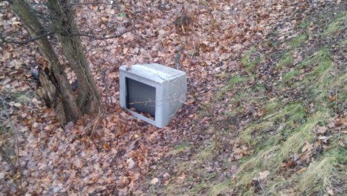 Nowy Dwór Maz.: Zostawił telewizor w lesie. Do skupu było za daleko.