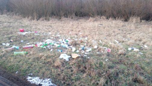 Pomiechówek: Sterty śmieci na łąkach