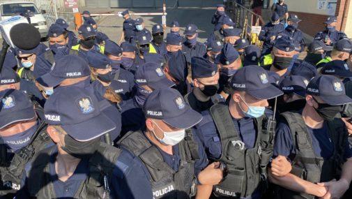 Warszawa: Protest rolników. Weszli do siedziby PiS
